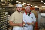 Bäckerei GrobeWerbetour AuszubildendeAlbi Lugjoj Auszubildender mit seinem Meister bei der Produktion von Rosinenschnecken.